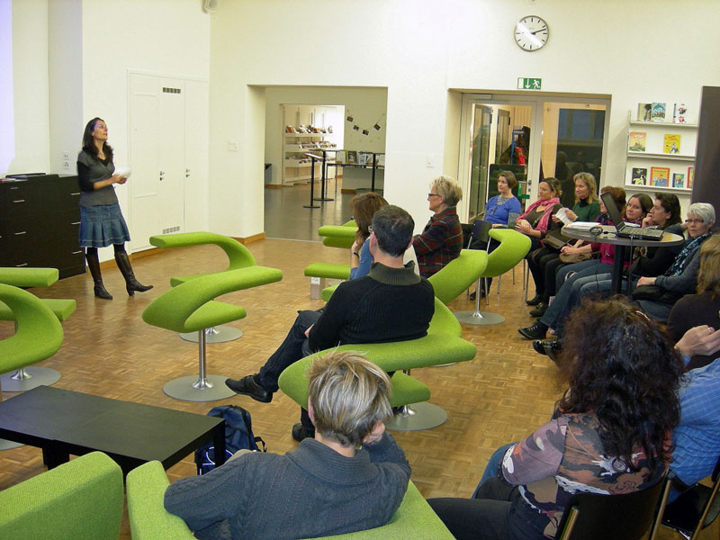Einführungsanlass im Pädagogischen Medienzentrum Luzern (PMZ) für kirchliche Mitarbeitende des Kantons Luzern. Alexandra Tonella Huber, eine Mitarbeiterin des PMZ, informiert in der neuen LernLounge über die Hanhabung des Onlinekatalogs.